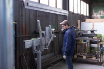 Handwerker, der mit Metalldetails arbeitet — Stockfoto