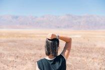 Mulher morena em Death Valley — Fotografia de Stock