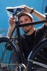 Бородатий чоловік дивиться на велосипеді — стокове фото