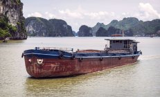 Schwimmende Boot in Ha Long Bay — Stockfoto