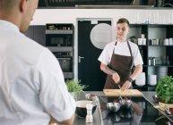 Приготовление пищи в кухне повара — стоковое фото