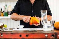 Cantinero preparando cóctel - foto de stock
