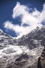 Sommet de montagne couverte de neige belle — Photo de stock