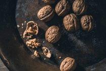 Nueces en bandeja metálica - foto de stock