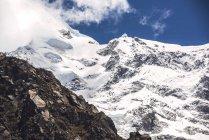 Picco di montagna coperta di neve bella — Foto stock