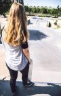 Pratique du skateboard au skatepark — Photo de stock
