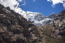 Beautiful snow covered mountain peak — Stock Photo