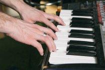 Klavierspielende Hände — Stockfoto
