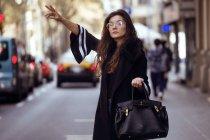 Frau aufrufenden taxi — Stockfoto