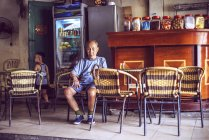 Людина і маленька дитина в барі, вуличні — стокове фото
