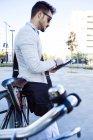 Joven empresario usando tableta digital - foto de stock