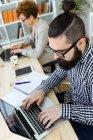 Imprenditori che lavorano in ufficio — Foto stock