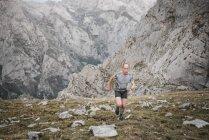 Mann läuft Crosslauf — Stockfoto