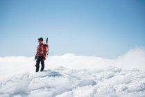 Альпинист на вершине снежной горы — стоковое фото