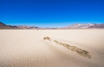 Woman walking in Death Valley — Stock Photo