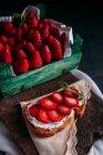 Sandwich con crema y fresas - foto de stock