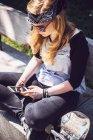 Menina usando telefone celular — Fotografia de Stock