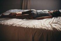 Сексуальная женщина в постели — стоковое фото