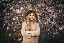 Menina jovem contra árvore de maçã — Fotografia de Stock