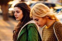 Two girls in urban scene — Stock Photo