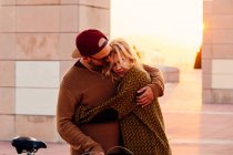 Couple hugging in sunset light — Stock Photo