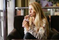 Giovane donna bionda con cocktail — Foto stock