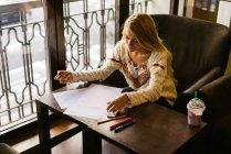 Donna che fa le note — Foto stock
