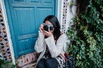 Молодая женщина фотографирует — стоковое фото