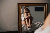 Женщина обнимает колени — стоковое фото