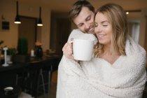Paar mit großem Becher mit Teppich bedeckt — Stockfoto