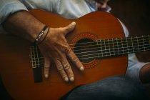 Älterer Mann spielt Gitarre — Stockfoto