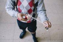 Ragazzo con giocattolo in classe — Foto stock