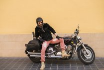 Brutaler Mann auf klassischem Fahrrad — Stockfoto