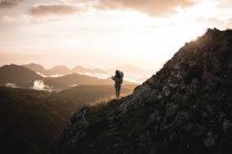Jolie femme marchant dans les montagnes — Photo de stock