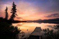Пирс в озеро на фоне гор — стоковое фото