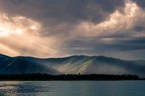 Montagnes vertes dans la lumière du soleil et du lac — Photo de stock
