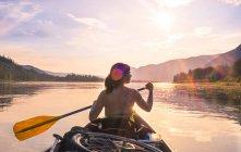 Pessoas que viajam de barco — Fotografia de Stock