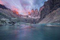 Montagnes rocheuses grises et lac — Photo de stock