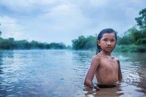Азиатский ребенок позирует в воде — стоковое фото