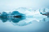 Ghiacciaio che si riflette nell'acqua — Foto stock