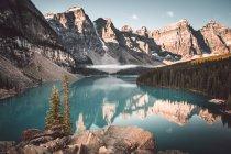 Голубое озеро в снежных скалах — стоковое фото