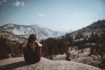 Frau posiert auf Landschaft auf Höhe — Stockfoto