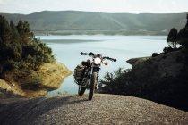 Moto garée sur rocher — Photo de stock