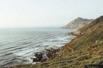 Felsige Küste des Ozeans — Stockfoto