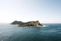 Cliff in mezzo all'oceano — Foto stock