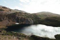 Дзеркало озера в горах — стокове фото