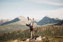 Homme debout sur la main sur le paysage — Photo de stock