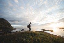 Homme avec sac à dos sur le paysage — Photo de stock