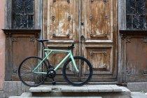 Велосипед, припарковані на порозі — стокове фото