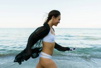 Возбужденные девушка прогуливается в воде — стоковое фото